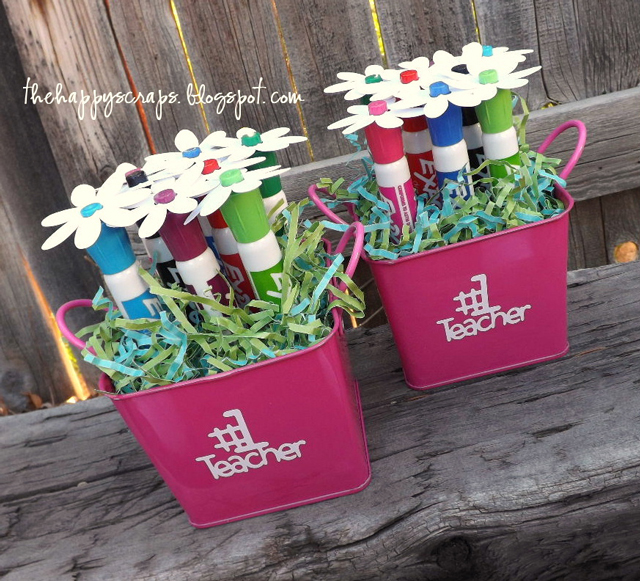 How cute is this dry erase marker bouquet? Simple gift that's dressed up and sure to make any teacher smile! Get the tutorial @thehappyscraps.