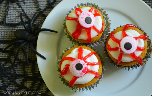 Bloody-Eyeball-Cupcakes-for-Halloween
