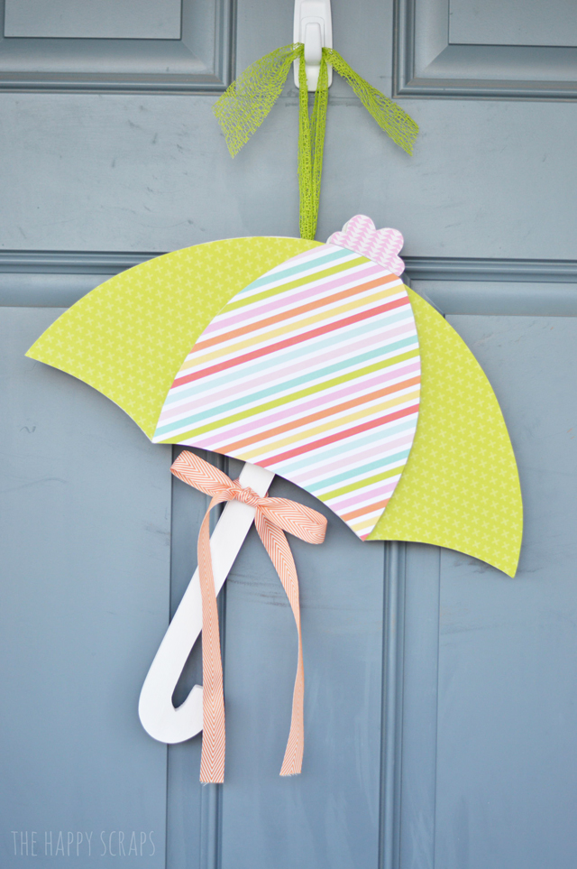This Umbrella Door Hang is the perfect addition to your front door for Spring time. See how to make your own from @thehappyscraps.