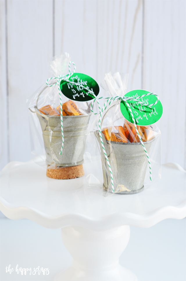 This Pot of Gold St. Patrick's Day Gift is the perfect little shiny thing to give your neighbors and friends for St. Patrick's Day! They'll love it!