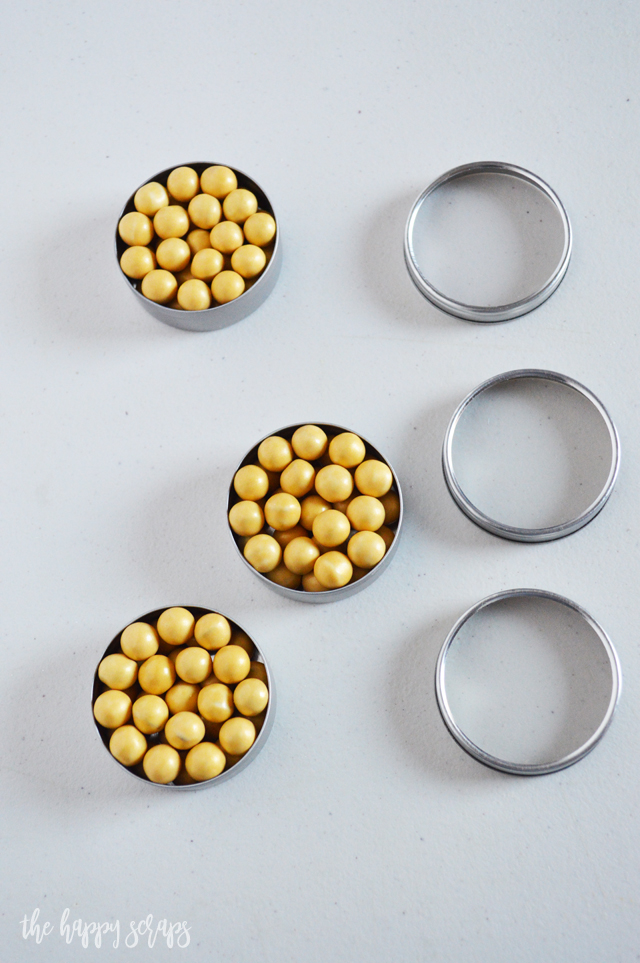 These Round Tin Thanksgiving Place Cards are the perfect addition to your Thanksgiving table. They're quick and easy to make too!