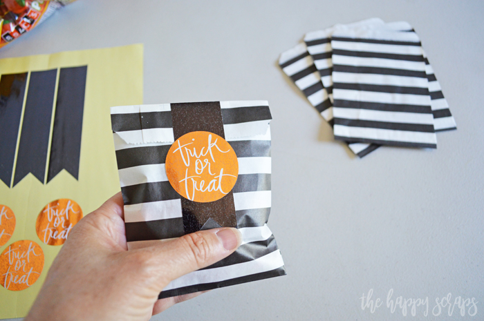 These Trick or Treat Mini Gift Bags are perfect to give to your kids, friends, teachers, or neighbors. They are a fun and easy project.